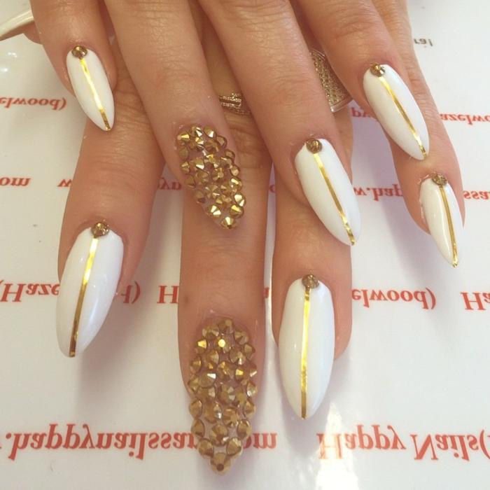 nägel bilder ideen weiß und golden farben steine goldene linie als deko ein nagel wird völlig von steinen bedeckt