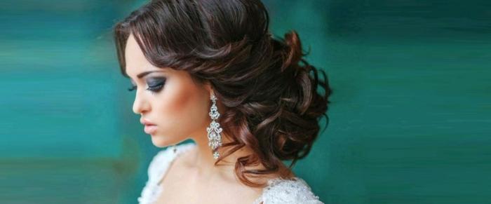 lässiger Dutt, lässige Steckfrisur mit lockigen Haaren, lange schwarze Haare, Brautfrisuren mit Dutt