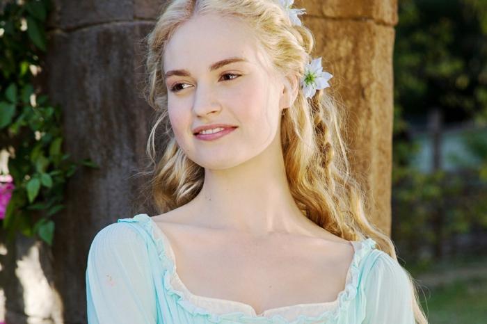mittelalterliche Frisuren - blonde, lockige Haare, Zöpfe mit weißen Blumen geflochen