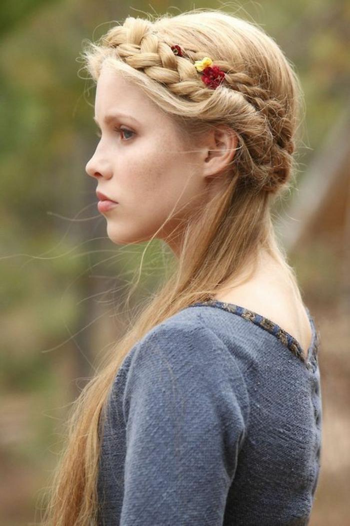 zwei Zöpfe blondes Haar winzige Blumen geflochten - mittelalterliche Frisur
