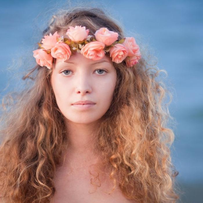 lockiges Haar mit rosa Blumen auf Tiara, rote Strähnchen -mittelalterliche Frisur