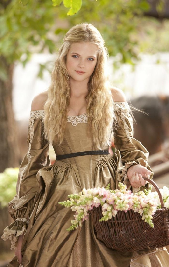 Mittelalterliche Frisuren - ein niedliches Mädchen mit Korb voller Blumen, blonde lockige Haare