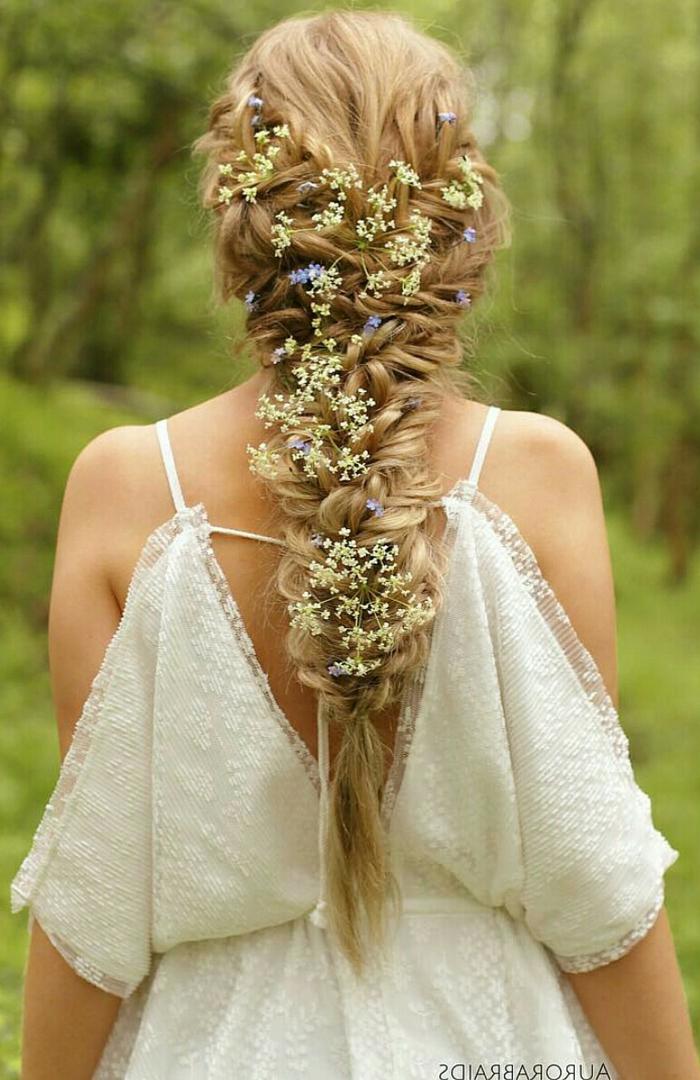 lange blonde Haare mit frischen Blumen geflochten für eine perfekte Frisur geflochten