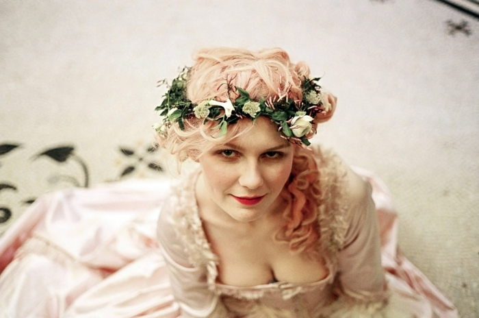 Kirsten Dunst mit mittelalterlichen Frisuren - Blumenkranz aus weißen Rosen, rosa Haar