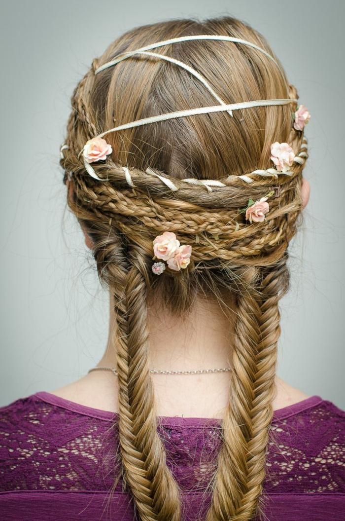 blondes Haar mit rosa Blüten geflochteten viele Zöpfe und weißes Band - mittelalterliche Frisuren