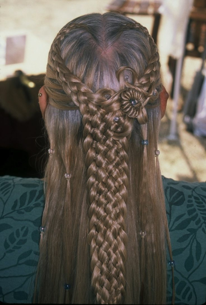 einen komplizierten Zopf flechten aus vier Teilen, Haar wie Blume geformt - mittelalterliche Frisur