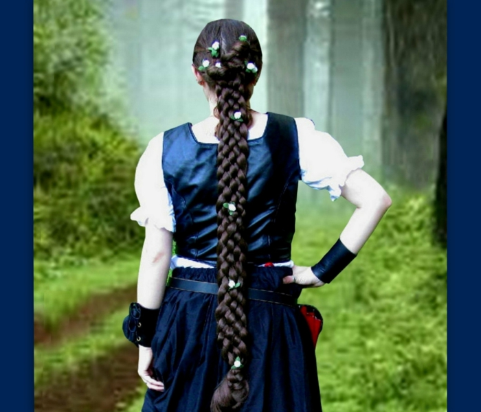 blaues mittelalterliches Kleid, langer Zopf mit geflochteten Blumen - schöne Flechtfrisuren