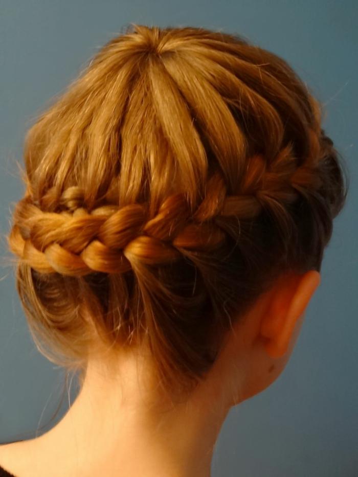geflochtener Frisur von rothaarigem Mädchen, symmetrisch - schöne Flechtfrisuren
