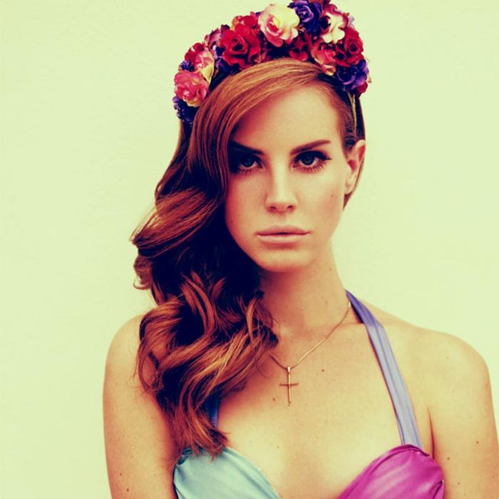 rote Haare, bunte Blumenkranz, delikate Locken, ein Kreuz um Hals Frisuren Mittelalter