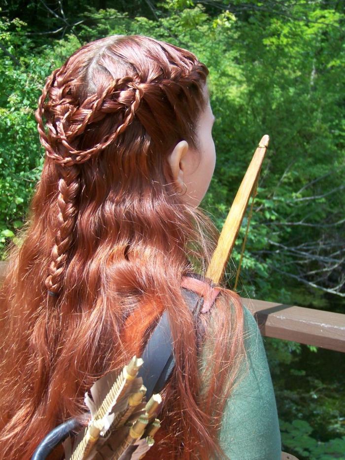 rote Haarfarbe, Bogen und Pfeile komplizierte schöne Flechtfrisuren, grünes Kleid