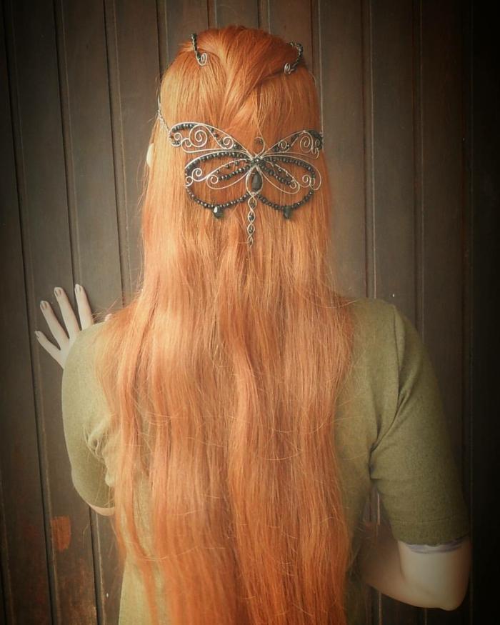 Frisuren Mittelalter mit einer Schmetterling Tiara auf rote, glatte Haare