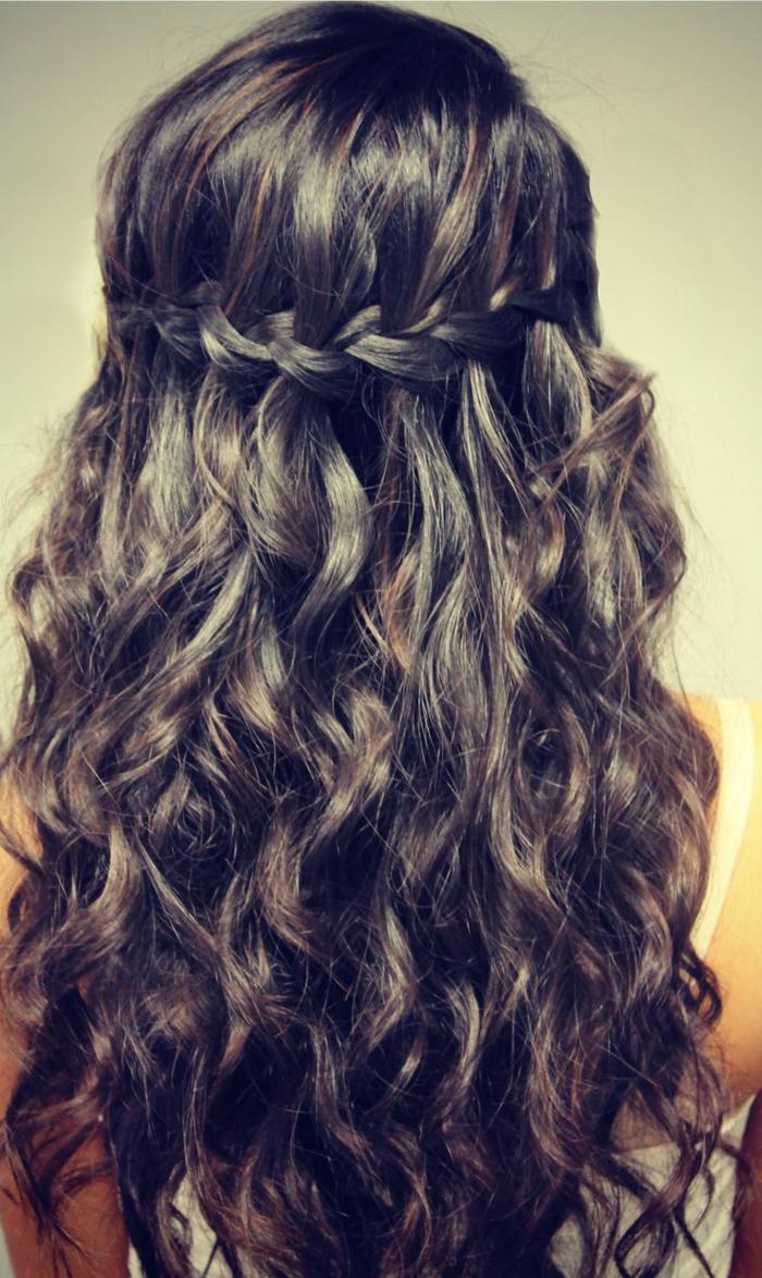 lockige, schwarze Haare geflochtenes Haar auf einem Zopf, lockiges Haar - schöne Flechtfrisuren