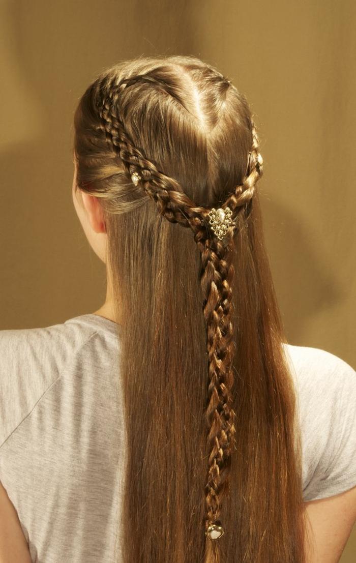 Zopf wie Kranz mit Haarschmuck in der Mitte und am Ende - Frisuren Mittelalter