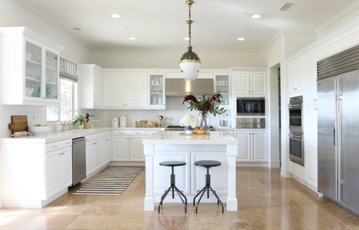 weiße Küche mit Marmorboden, Einrichtung im Industrial-Stil, zweiflügeliger Kühlschrank