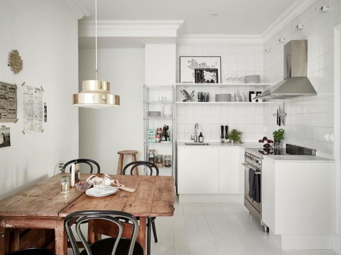 Küche mit ausziehbarem Esstisch aus Massivholz, weiße Fliesenwand, eingebaute Küchenregale