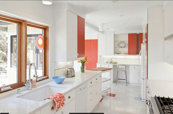 ein bisschen Frische in die Küche mit Orange bringen, Küche mit Fenster, das zum Garten ausschaut