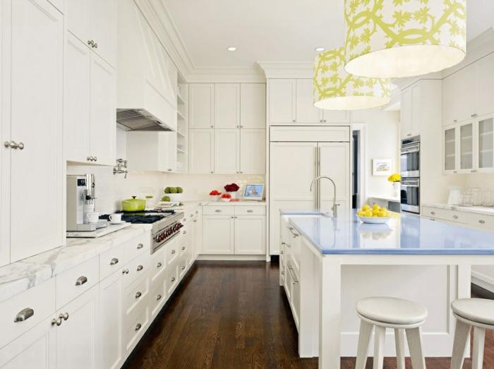 Küchen mit weißen Möbeln im Vintage-Stil, dunklem Laminatboden und hellblauem Küchentisch