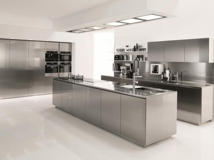 Küche in Weiß und Grau, sechs viereckige Dachfenster, vier Öfen, Push-to-open-Schrank