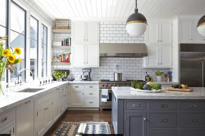 große Küche mit grauen Küchenfronten, Teppich in der Küche, Sonnenblumenstrauß
