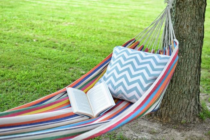 in der Hängematte relaxen, Lieblingsbuch lesen, den Sommer genießen, perfekter Rasen