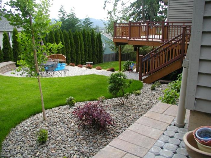 Vorgarten pflegeleicht gestalten im Landhaus viele grüne Pflanzen und Bäumen