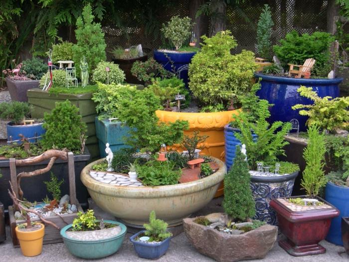 pflegeleichtes Beet - runde Beete voller Gartendekorationen und kleine Pflanzen