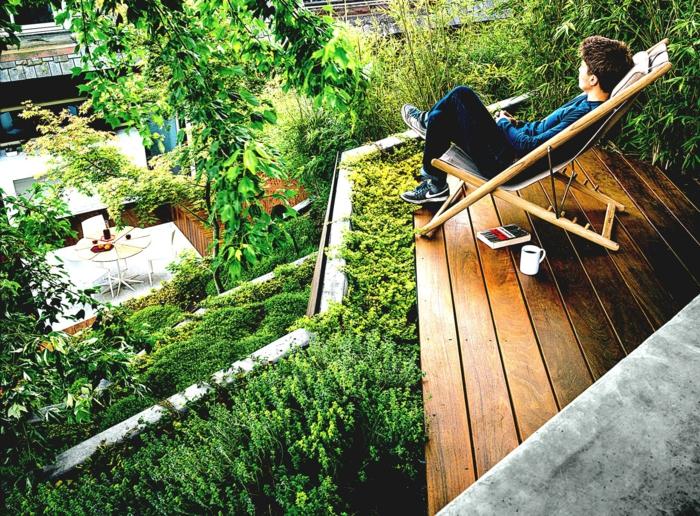 ein großer vertikaler Garten mit pflegeleichten Beeten - so viel Grün
