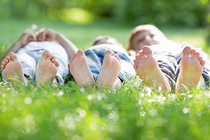 im Garten liegen und alle Sorgen loslassen, Spaß im Garten haben, den Sommer genießen