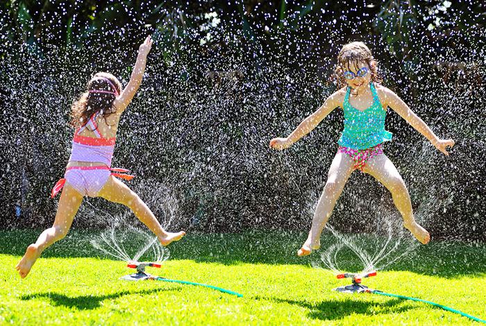 Im Sommer mit Wasser spielen, im Garten Spaß haben,schöner Rasen