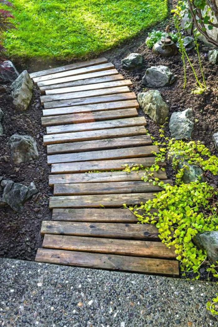 DIY Garten Zubehör aus Bretten einen Pfad selber machen - pflegeleichter Garten