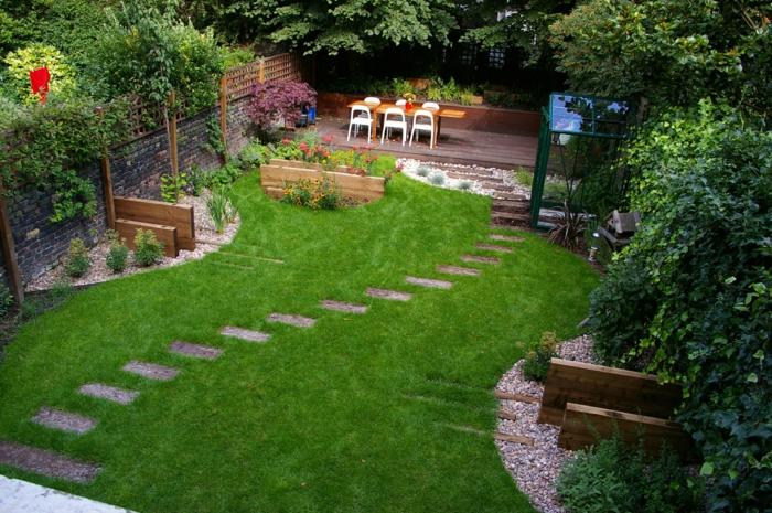 pflegeleichter Garten mit englischen Rasen zuvor - ein Pfad aus Kies, eine Sitzecke