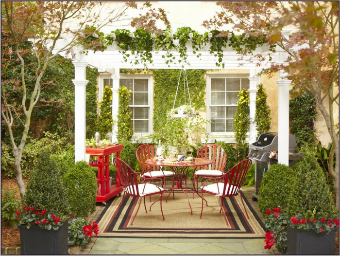 ein Foto, wie ein perfekter pflegeleichter Garten aussehen würde mit Pergola