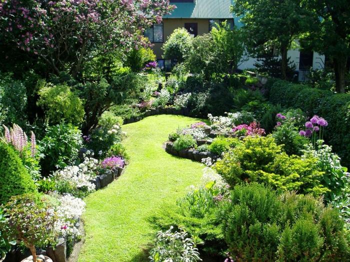 Vorgarten pflegeleicht gestalten - englischer Rasen in ausgefallener Form und Blumen darum