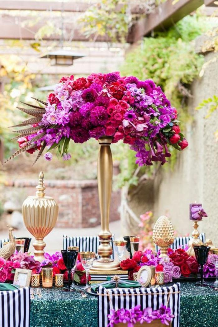 deko sommerfest, goldene vase, rosa und lila blumen, gartenparty