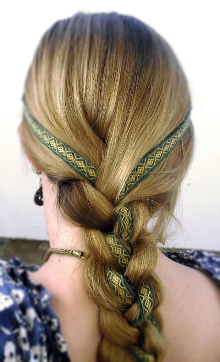 blondes Haar ein Band mit mittelalterlichen Mustern Frisuren geflochten