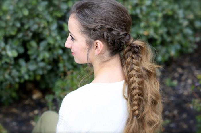 seitlich geflochtene Frisur von braunem Haar mit blonden Strähnchen