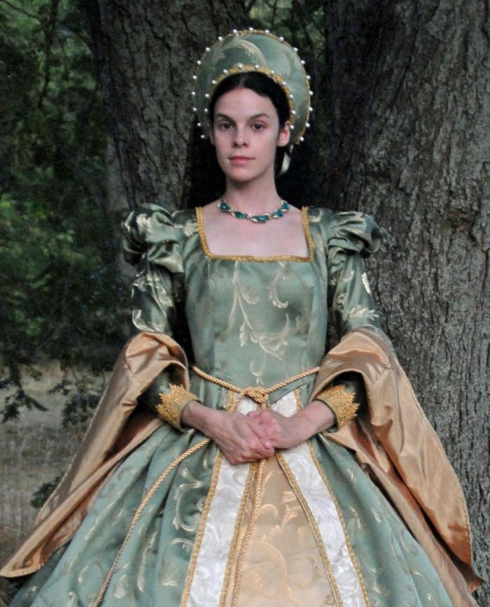 grünes Kleid und einen grünen Haarschmuck, schwarzes Haar Frisur Mittelalter
