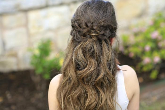drei Zöpfe, lockiges Haar, braunes Haar Frisuren Mittelalter weißes Kleid