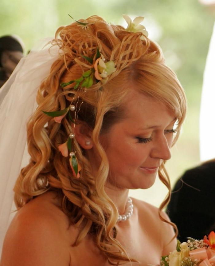 eine Braut mit mittelalterlicher Frisur - seitlich geflochten mit Haarschmuck auf blonde Haare