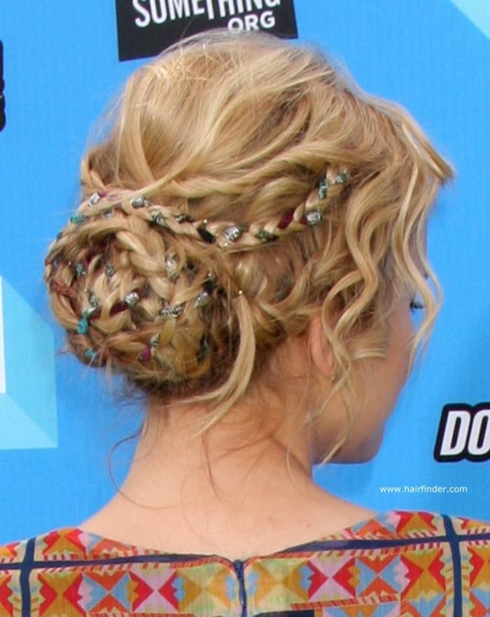 Mittelalterliche Frisuren selber machen mit Haarschmuck geflochtene blonde Haare