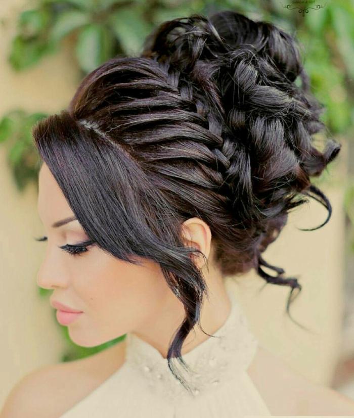 schwarzes Haar, festliche Frisur mit geflochtenen Haar mittelalterliche Frisuren selber machen