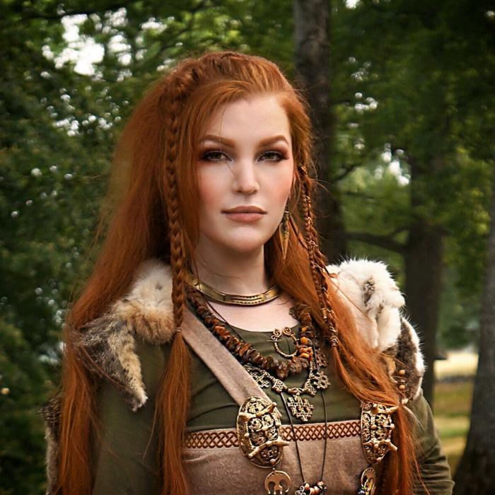 seitlich geflochtene Frisur rote Haare ein Kostüm aus dem Mittelalter, entsprechende Schmuckstücke