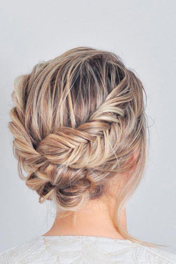 geflochtene hochsteckfrisuren ideen mittelalterliche flechtfrisuren blonde haare mit strähnen weiße bluse
