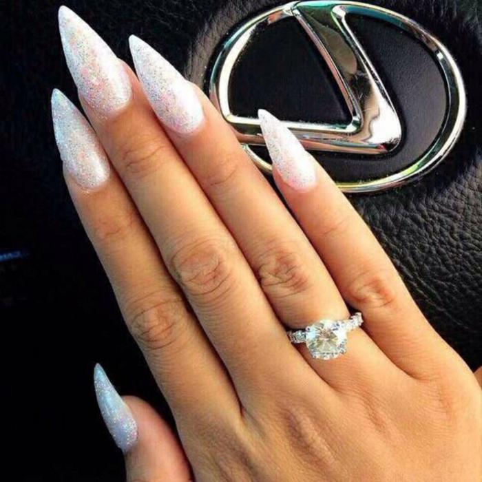 gelnägel formen lange nägel einzigartiges foto tolles design foto im auto weiße nägel großer ring