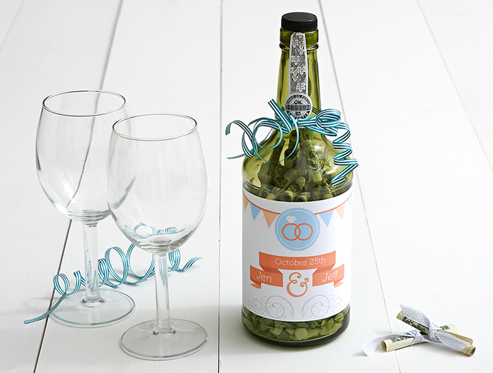 Geldgeschenke selber machen, Glasflasche voll mit Geld, schöne Idee für Hochzeitsgeschenk