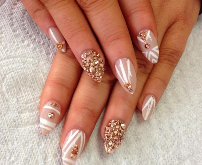 nägel bilder ideen beige nagellack mit steinen und weißen dekorationen steinen bedecken die nägel