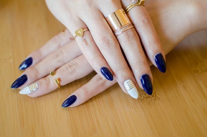 nägel bilder ideen zum gestalten schöne nägel in blau und weiß mit goldenen dekorationen goldene ringe