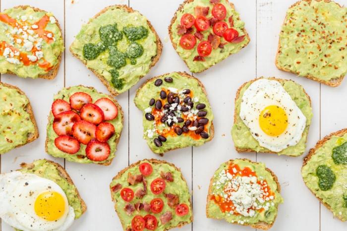 avocadocreme auf brot schmieren ideen zum dekorieren und gestalten sandwich mit ei mit pesto oder mit erdbeeren
