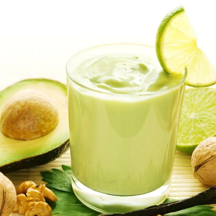 avocado smoothie mit walnüssen zitronen avocado im glas mit banane und zitronensaft mischen und pürieren
