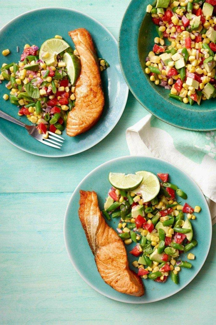 avocado salat zur hauptspeise lachs gegrillt gesund und kalorienarm sich ernähren lecker fisch mit salat nutrition